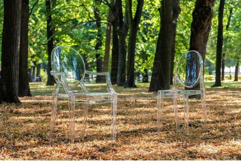 Przezroczyste krzesła inspirowane louis